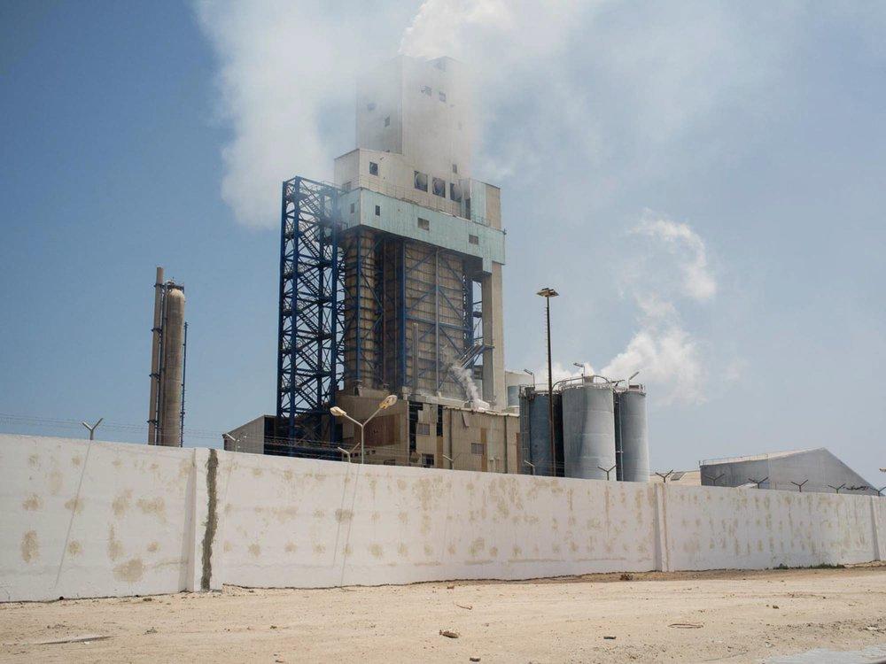 Gabès. 2016.  Vue sur une partie de l'usine de traitement chimique du phosphate de Gabès.