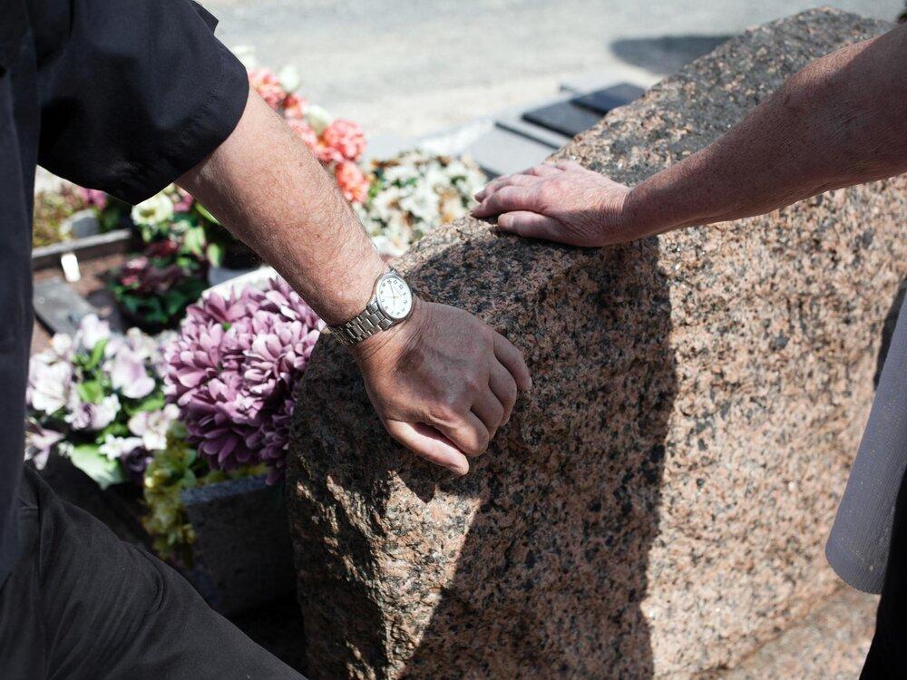 """Guingamp. 22 juin 2017.  Claude et Jeanne Morfoisse se recueillent devant la tombe de leur fils Thierry au cimetière de La Chesnay à Guingamps. Thierry Morfoisse est décédé a 48 ans, alors qu'il transportait les algues vertes vers le dépôt de stockage à Launay Lantic, le 22 juillet 2009.  Depuis 2009, la famille se bat aux cotes d'associations locales pour dénoncer le scandale des mar""""es vertes en Bretagne et prouver, auprès de la justice, que leur fils a été empoisonné sur son lieu de travail, après avoir inhale de l'hydrogene sulfure (H2S) se dégageant des algues en décomposition.  « Nous voulons que la vérite éclate. On ne demande rien d'autre. Seulement la vérite. Nous ne voulons plus jamais revoir cette chose là. Mais cela arrivera encore si rien n'est fait. Un jour, il y aura un enfant qui sera empoisonné et cela choquera encore plus. »"""
