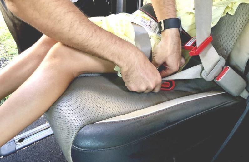 4- Attached the MiFold shoulder clip to the vehicle's shoulder belt