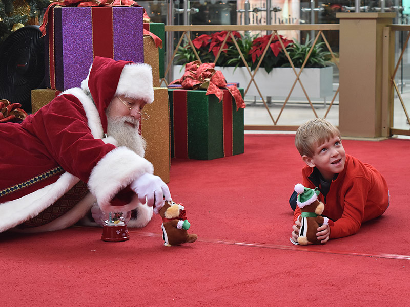Mall Santa goes above and beyond for boy with autism