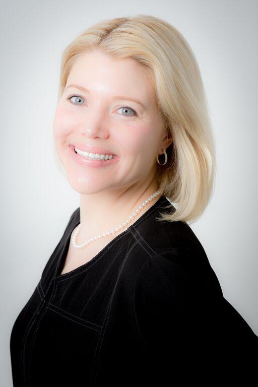 Alizabeth Csoppenszky, Esthetician