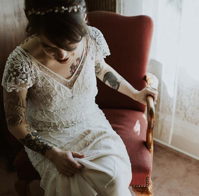 This lovely vintage looking bride, matching her wide variety of tattoos with a 20's inspired wedding dress is just to die for! Not wearing any jewellery is a wise chooise! The vast detail work of the dress and the many tattoos are a perfect balance. Just enough and not too much!