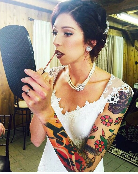 This is a different approach to the vintage bridal look! Leaving the modesty to the remaining brides and going all in the the Rock'N'Roll bride, matching the brightly coloured tattoos, the dark hair and the dark red lips with the very lady like, divaish and vintage jewellery! I love this, though it is not for everybody 😍🌹