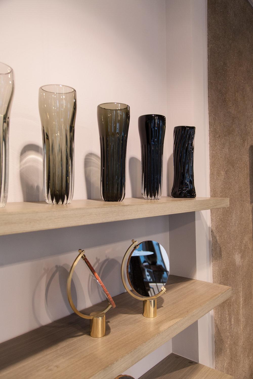 """Vases """"Colonna"""" signés Stories of Italy; miroirs """"Naia"""", du duo CTRLZAK pour JCP. Crédit photo : Bensimon."""