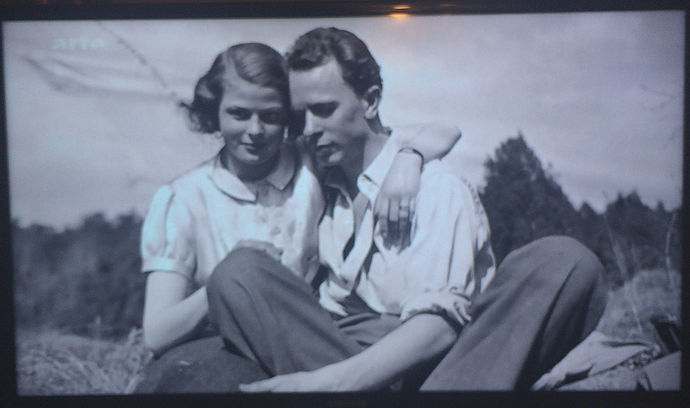 Ingrid Bergman with her first husband Peter Lindström, Swedish docter, whom she quitted for Roberto Rosselini. Capture from my TV screen showing  Je Suis Ingrid