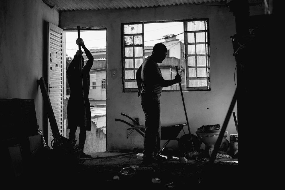 cristãos reformam casas de pessoas carentes no Rio