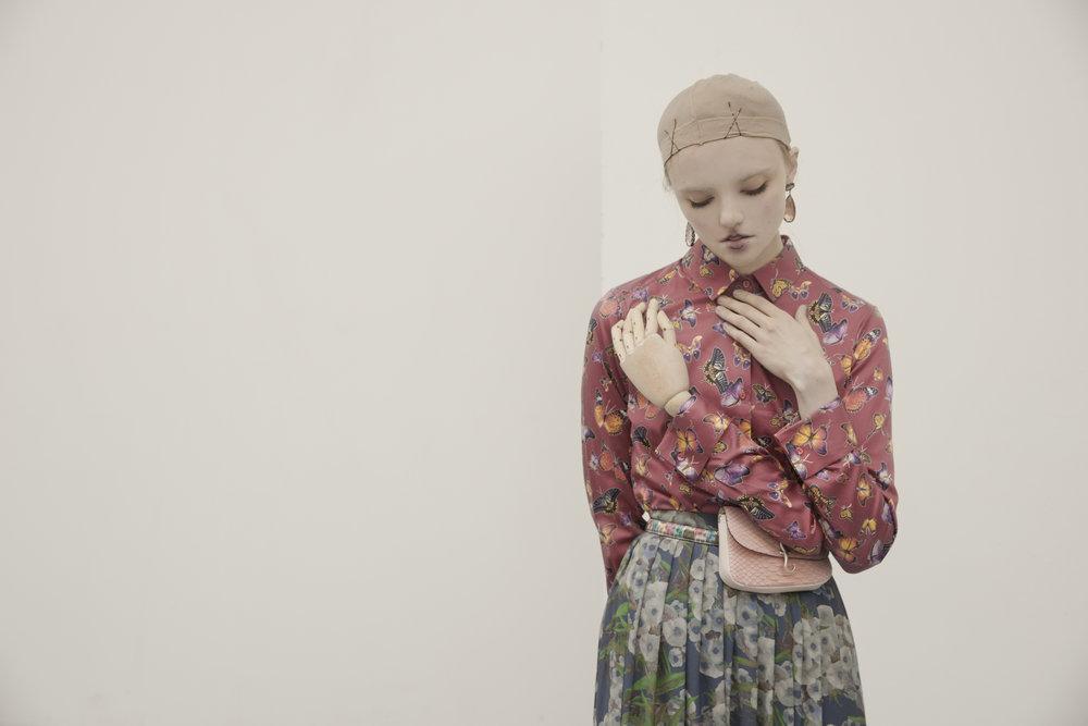Top : Nara Camicie /  Skirt : Gazél /  Earrings : Yvone Christa /  Belt :Fausto Colato