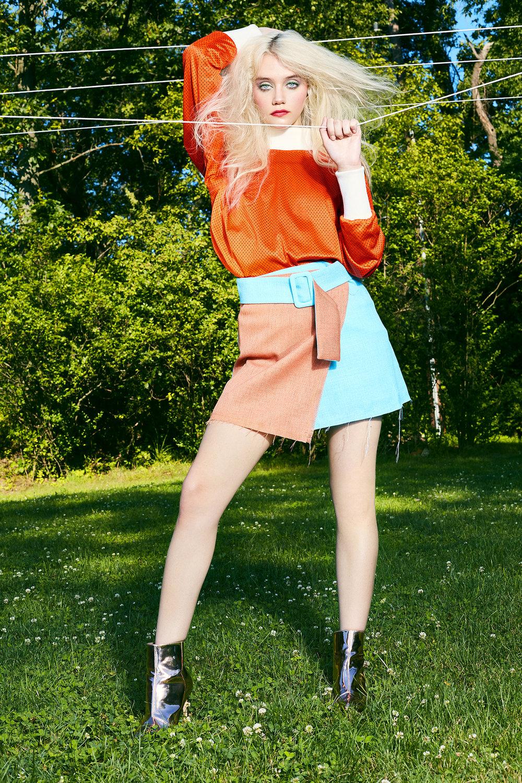 Top:Amanda Mehl / Skirt:OUOR / Boots:Nicholas K