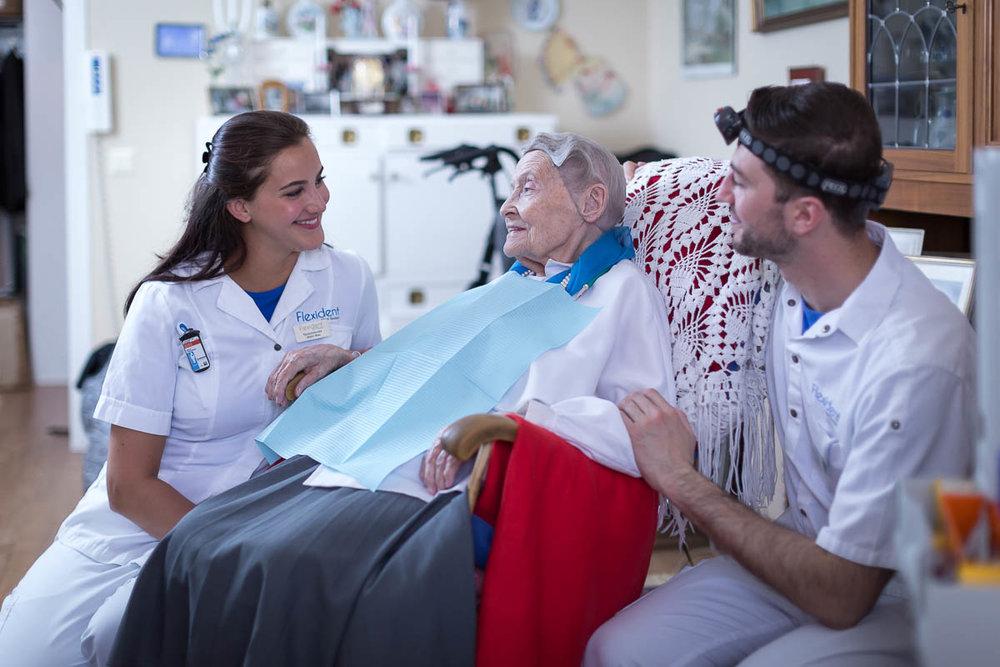 Två tandläkare från Flexident som besöker en patient i hennes hem.