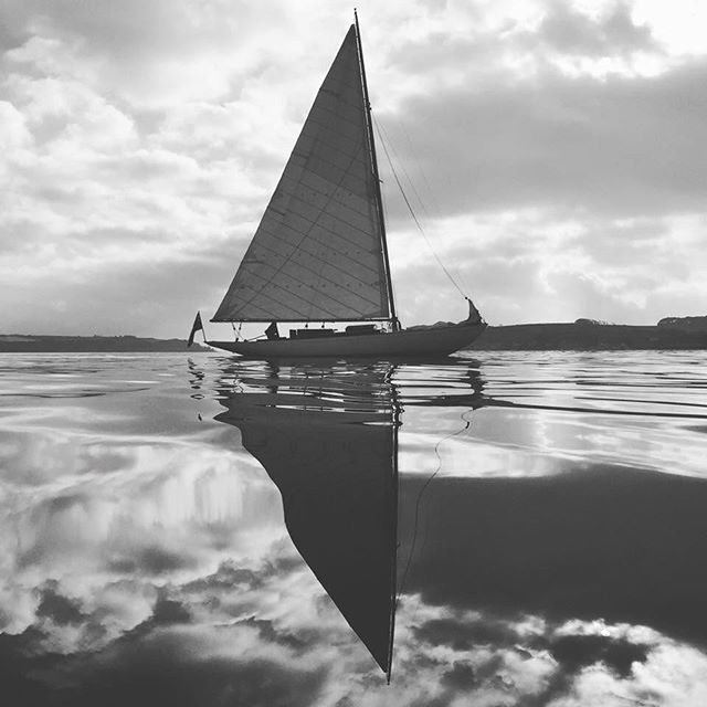 ROSEMARY III Sailing in the Carrick Roads, near Falmouth. 📷@boatphotographer #classicboats #classicyachts #sailing #sailinglife @sandemanyachtco