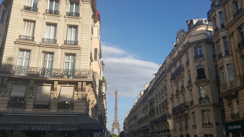 distant Eiffel Tour