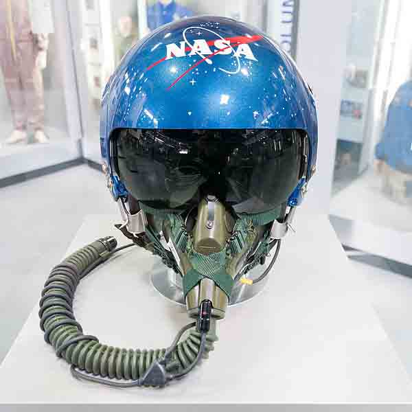 600px-NASA_helmet_for_T-38_Speyer_front_top2.jpg