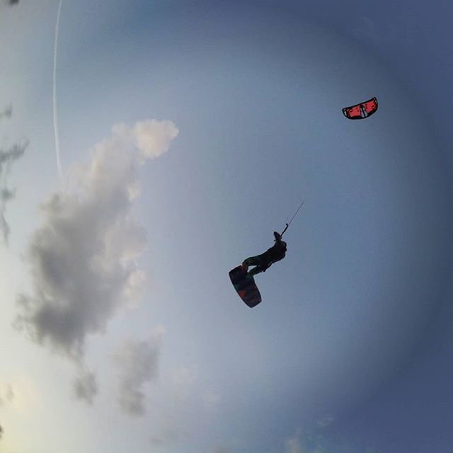 Another happy flying Monday! 💃💃 #kitesurfing #kiteboarding #fly #slingshotkite #kitelessons #holycitykiteboarding #travel #gopro #instagood