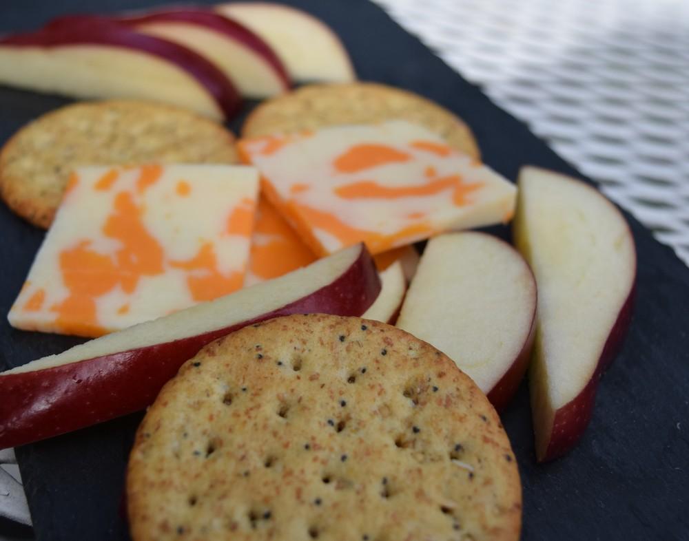 Des craquelins avec du fromage et une pomme