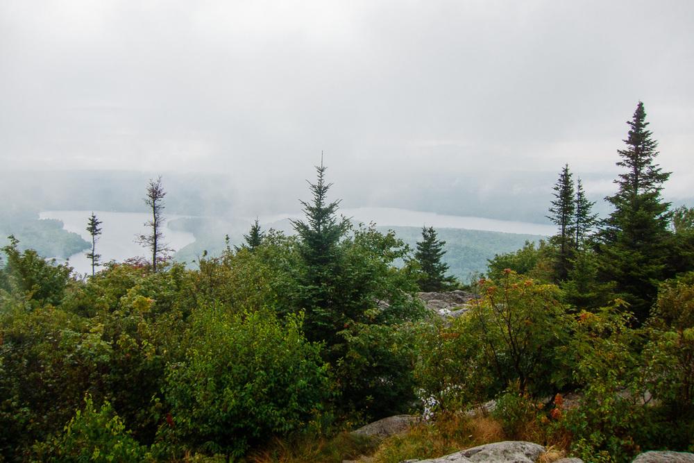 Sommet du Mont Chauve dans la brume