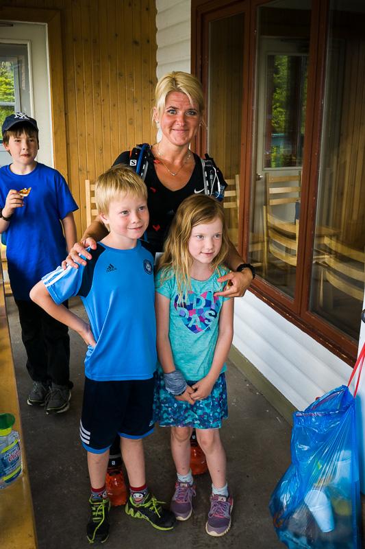 Jessy et ses enfants au ravito à mi-parcours