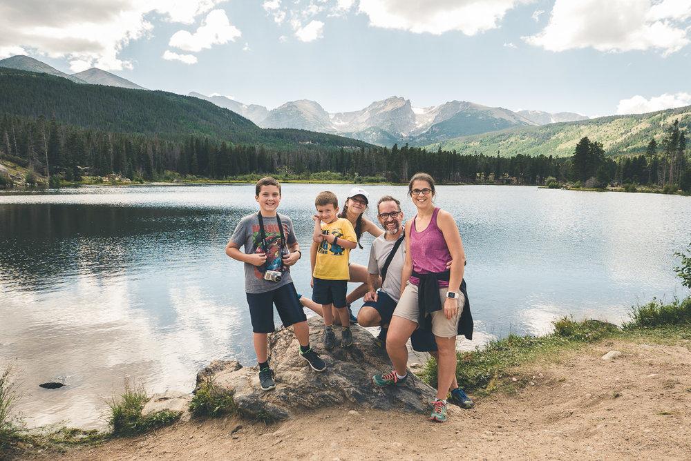 La petite famille devant Sprague Lake et les rocheuses