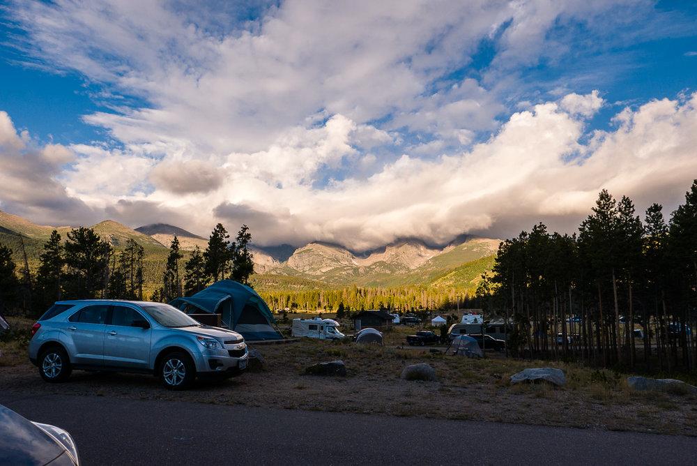 Les nuages s'accrochent aux montagnes lors du lever de soleil.