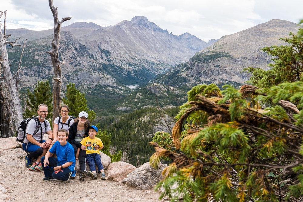 Petite pause avec une vue superbe sur Dream Lake et la randonnée que nous ferons demain.