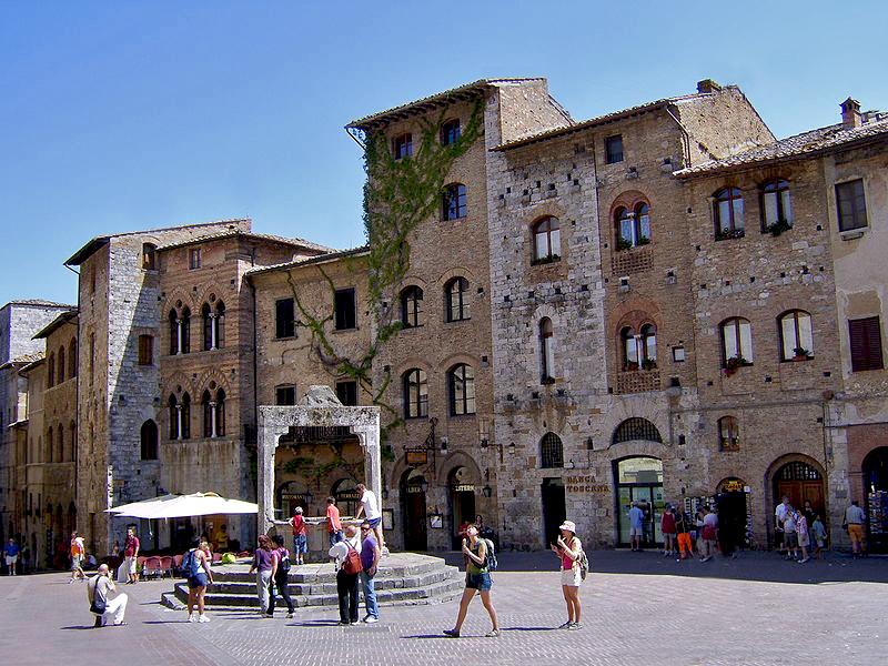Fountain Square in San Gimignano.jpg