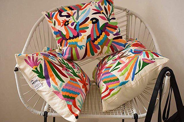 Dale un toque de color a cualquier espacio con los cojines Tenango!!! 🌈Cómpralos en el link en bio 👉🏼http://ow.ly/eqqf30lMg1f . . . #méxico #mexico #vamosmexico #diseñomexicano #diseñomx #hechoenméxico #artesanías #artisanmade #fairtrade #madeinmexico #artisan #artwork #handmade #amazonhandmade #hechoamano #hechoamanoconamor #artisans #artesaniamexicana #artesanía #homedecor #decor #decoracion
