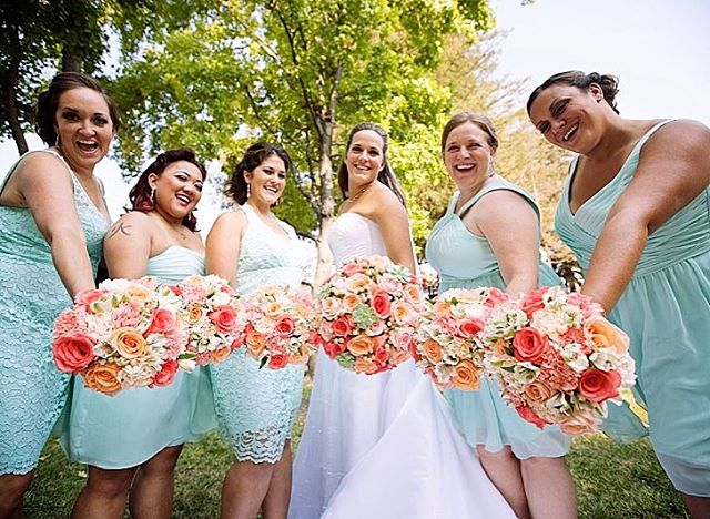 Now that the rain has stopped, we can get ready for California springtime! A popular color scheme for spring weddings is the Tiffany blue bridesmaid dresses with peach/coral flowers. 😍 What color scheme did/will you choose for your wedding? • • #bbfloraldesign #weddingflowers #flowerstagram #flowers #wedding #springwedding #tiffanyblue #coral