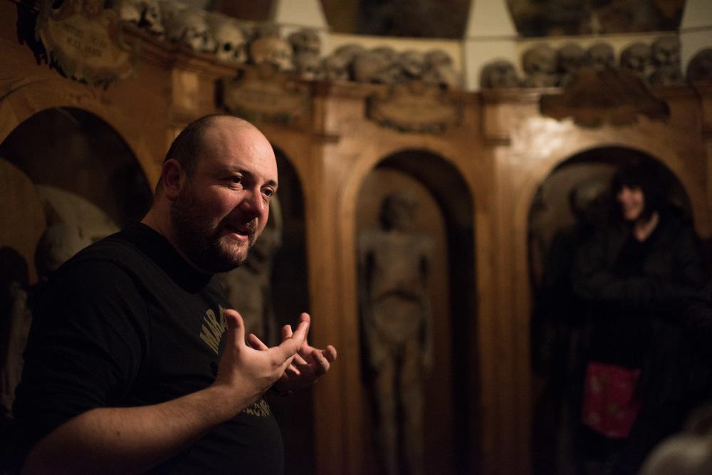 Första stoppet! Giovanni berättar om de döda i Chiesa dei Morti.