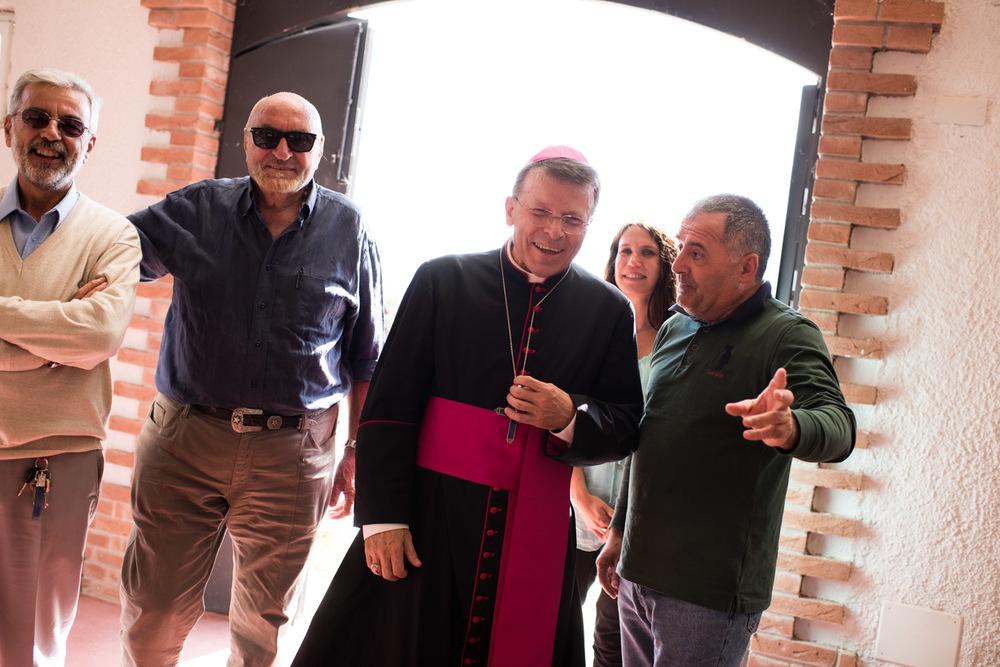 Hoppsan - biskopen dyker upp!