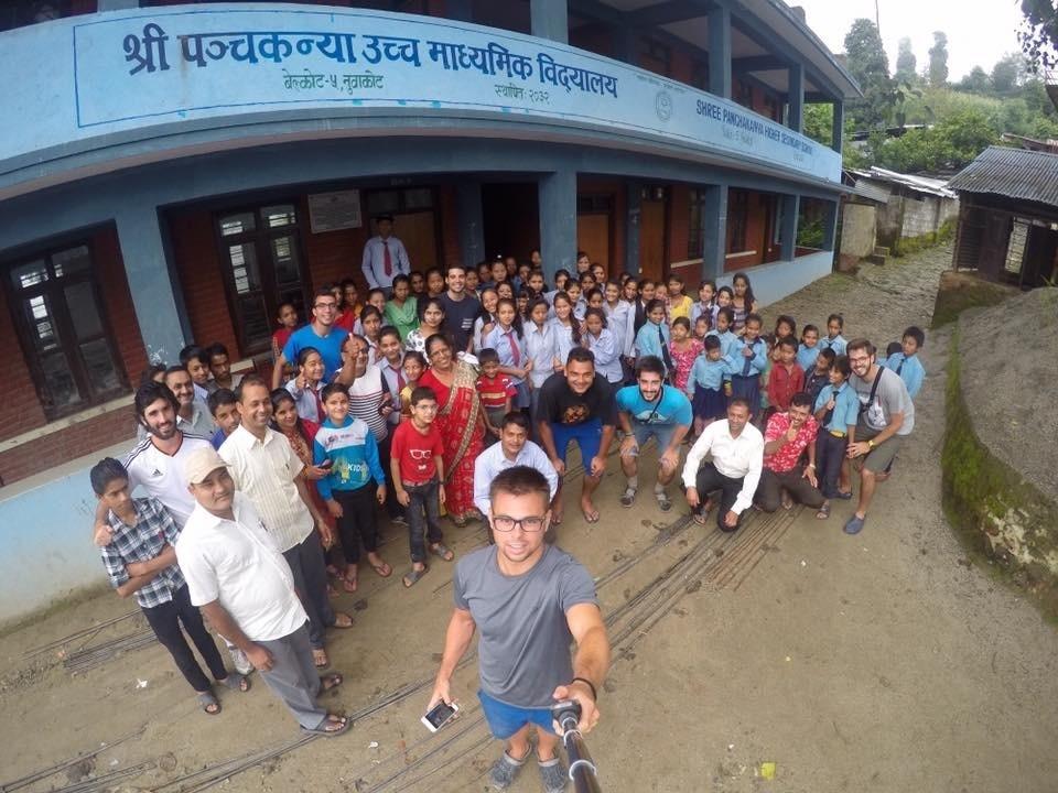 Selfie en el colegio de Nuwakot, donde realizaron el voluntariado.