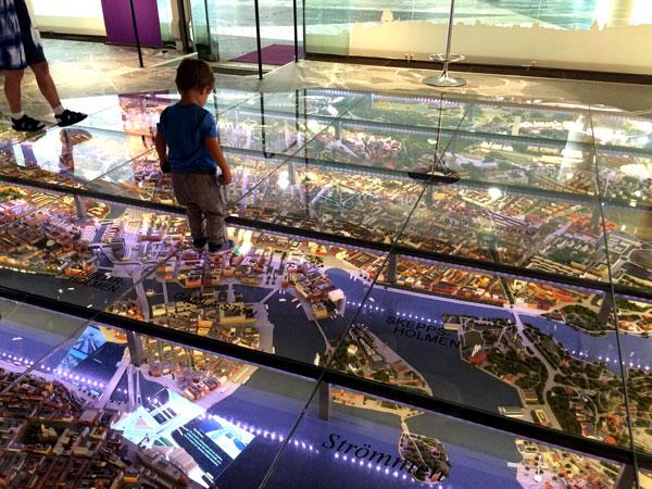 Sam con un mapa en 3D de Estocolmo.