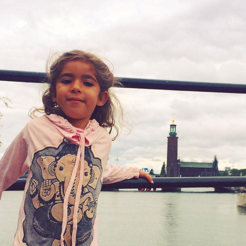 La pequeña Indira con el ayuntamiento de Estocolmo de fondo.