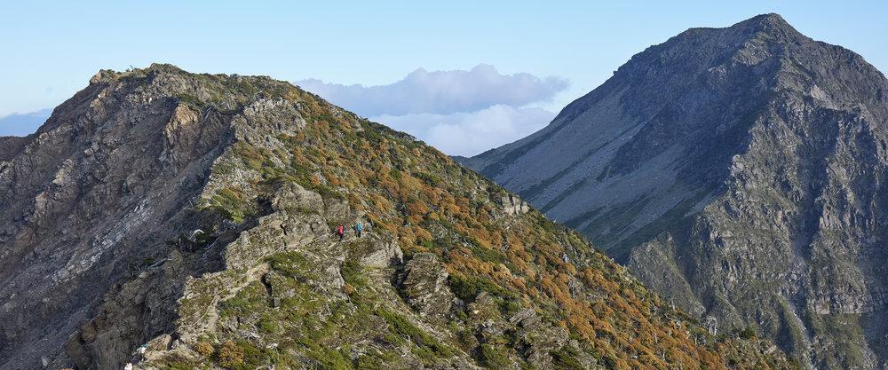在山裡,許多的問題是透過詢問自己嘗試找到解答,一步接著一步,如無止境的累疊敘事,真切且深刻。在攀登的過程中,自然提供了全然客觀的壯麗現場,讓每一個攀登者藉由凝視山的眼神,直達內心,重新認識身體的呼吸、心跳與感官意識,在海拔3,742公尺的台灣屋脊縱走路線上,帶上Samsung Galaxy旗艦手機,探尋未來,突破生命的極限之巔。