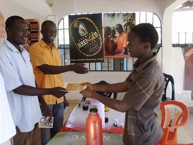 """2012; Stichting Sengerema; project """" jonge ondernemers in Tanzania"""".Jongeren krijgen een opleiding, begeleiding en financiële ondersteuning bij het opzetten van een eigen bedrijfje."""