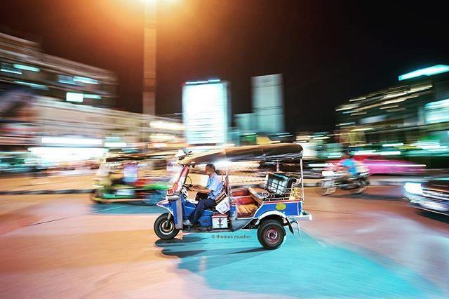 #Repost @taikrixel ・・・ a tuk tuk in front of the main trainstation hua lamphong in bangkok. #bangkok #thailand #thailandtravel #travel #travelphotography #longexposure #traffic #tuktukdriver #tuktukride #nikon #nikonphotography #nikonthailand #hualamphong