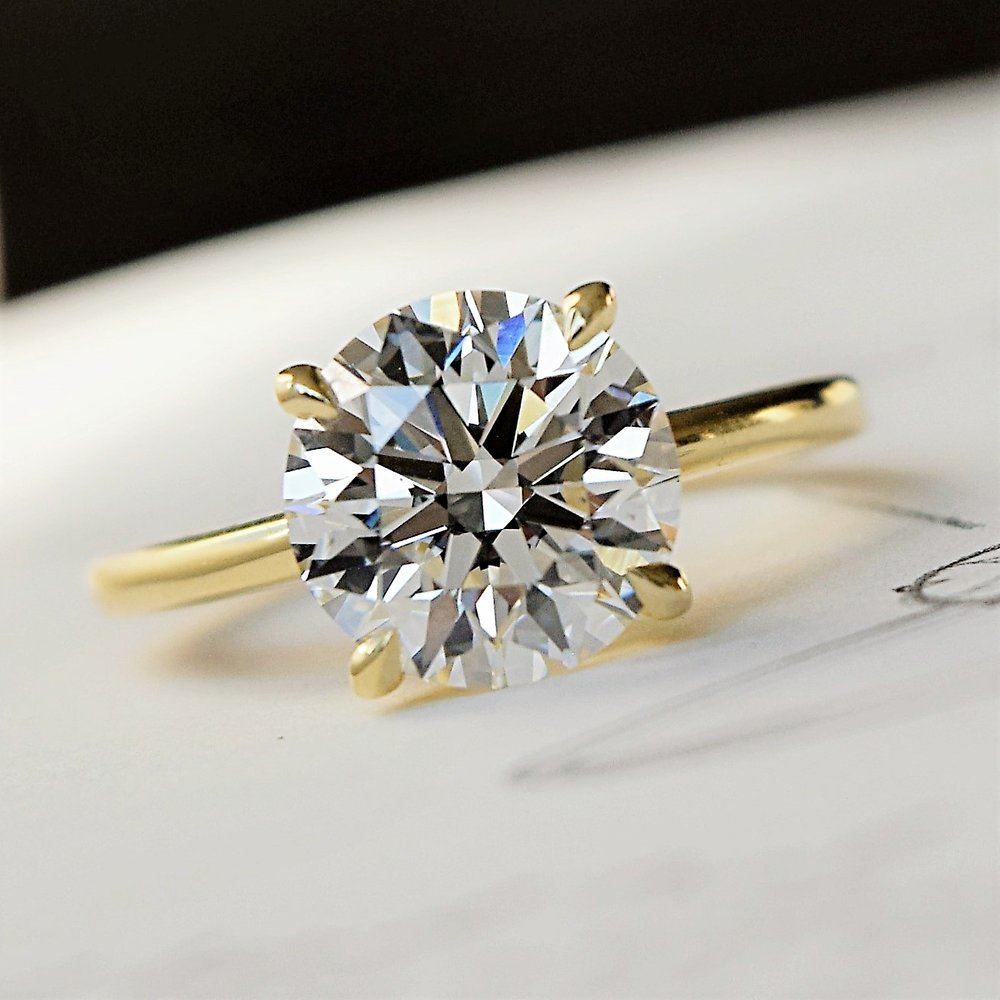 Round Brilliant Diamond in Classic Yellow Gold Setting