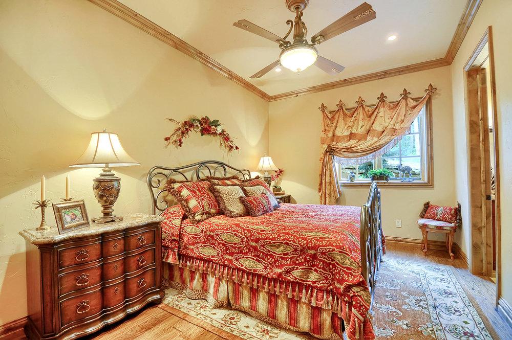 24 - Guest Bedroom.jpg