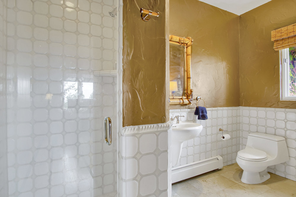 17 - Bath off of one of the guest suites.jpg
