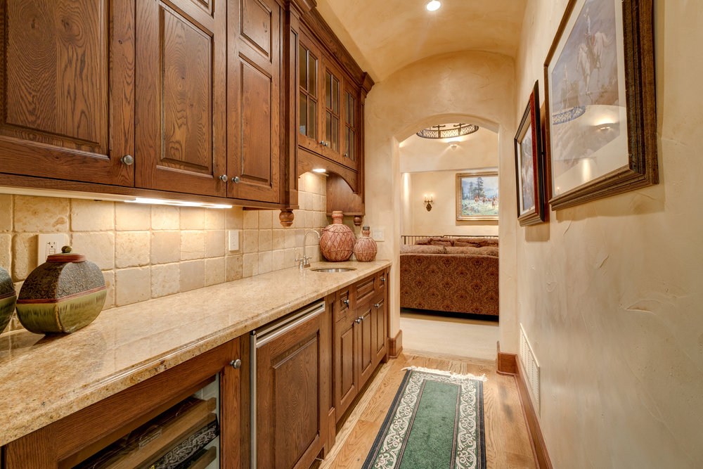13-Wet Bar Between Kitchen and Living Room.jpg