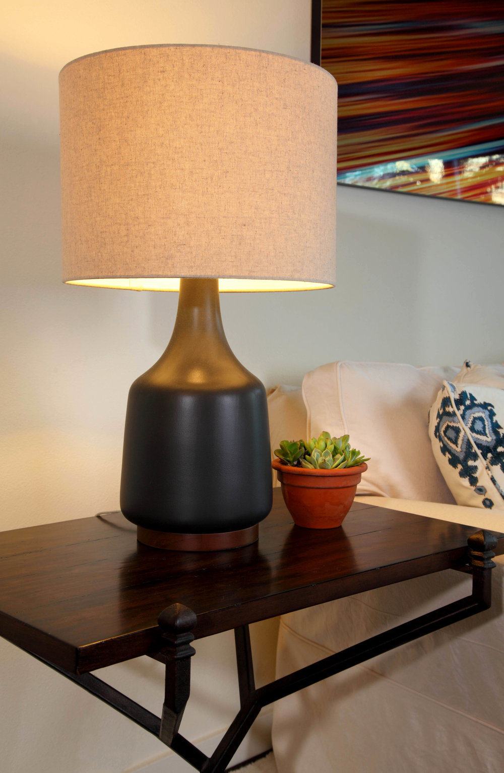 Sarah-barnard-design-modern-bachelorpad-sidetable-lamp.jpg