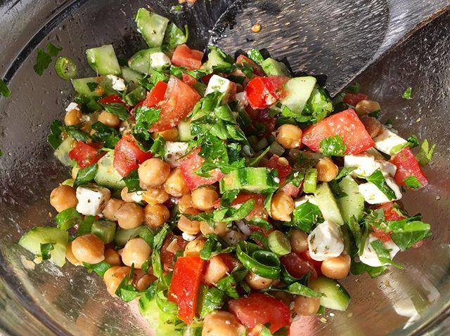 Ballila salade in de lunch #lebanese #mediterraneantouch #kikkererwten #feta #plattepeterselie #veggie #salade #glutenvrij