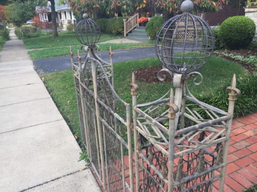 A neat little gate