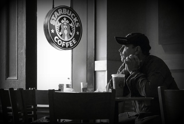 Read Spanish: Hay un hombre que está en Starbucks.