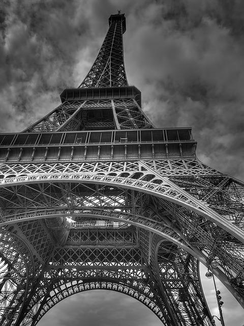 Read Spanish: Querían casarse debajo de la Torre de Eiffel.