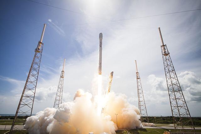 Un cohete que va al espacio exterior.