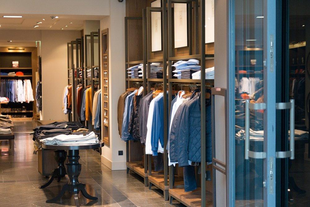 Una tienda de ropa en el centro comercial. ¿Dónde compras tu ropa?