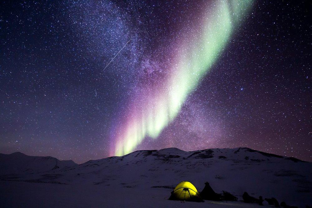 Samuel hace camping en Alaska.