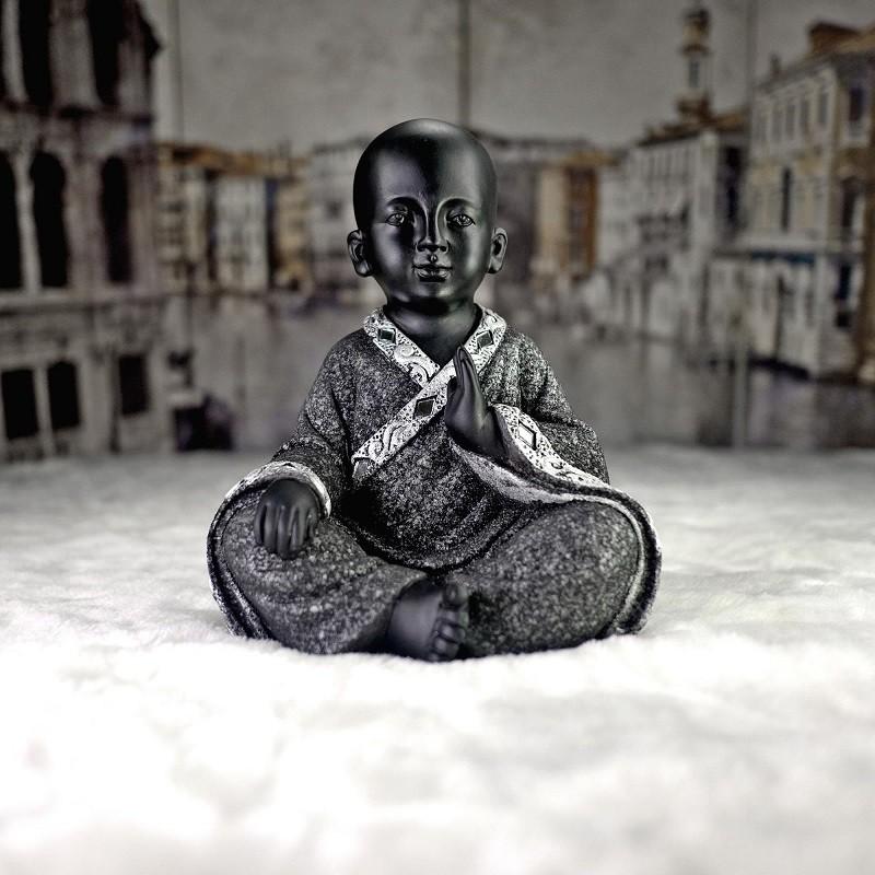 sitting still buddha statue