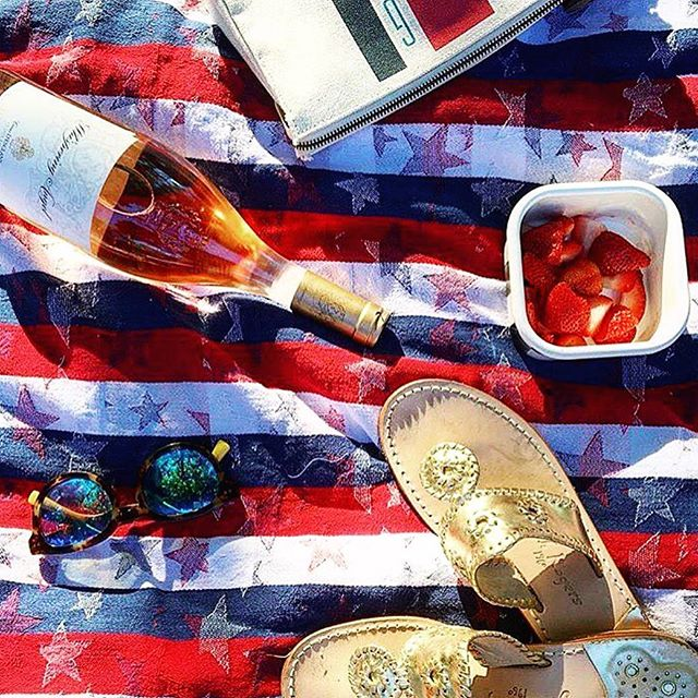 Red, White, Blue and Rosé 🇺🇸 Happy 4th of July everyone!🎈 Repost @thewhisperingangel  #serafinarestaurant #4thofjuly  #whisperingangel #rosé #roséallday #weekend #weekendvibes #goodtimes #beach #beachtime #love #picnic #picoftheday #summer #starspangledbanner #vacation #hamptons #usa