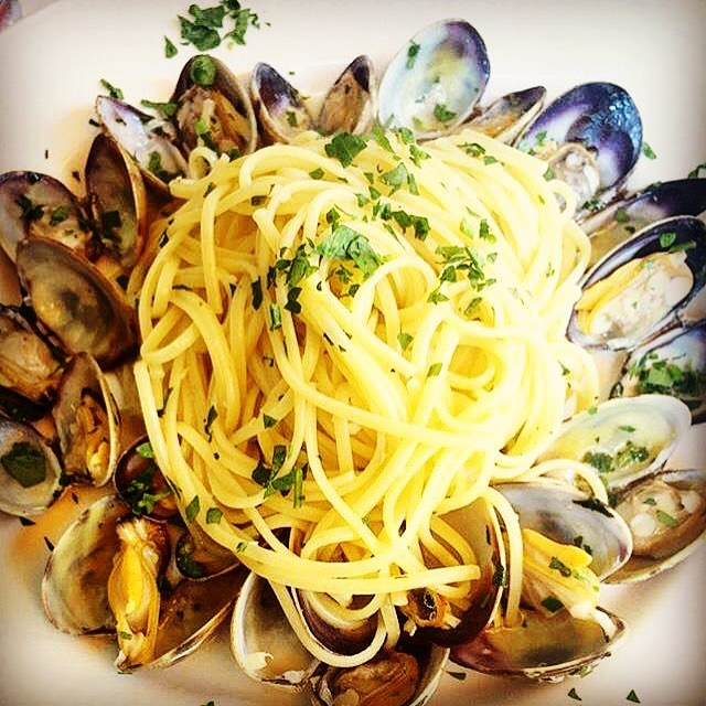Linguine alle Vongole 👊🏼 #linguine #vongole #clams #italianfood #pasta #summer #lunch #dinner #goodtimes #goodvibes #glutenfree #onlygoodcarbs #special #food #foodporn #foodie #foodphotography #picoftheday #foodie #serafinarestaurant #foodblogger #iloveserafina💛