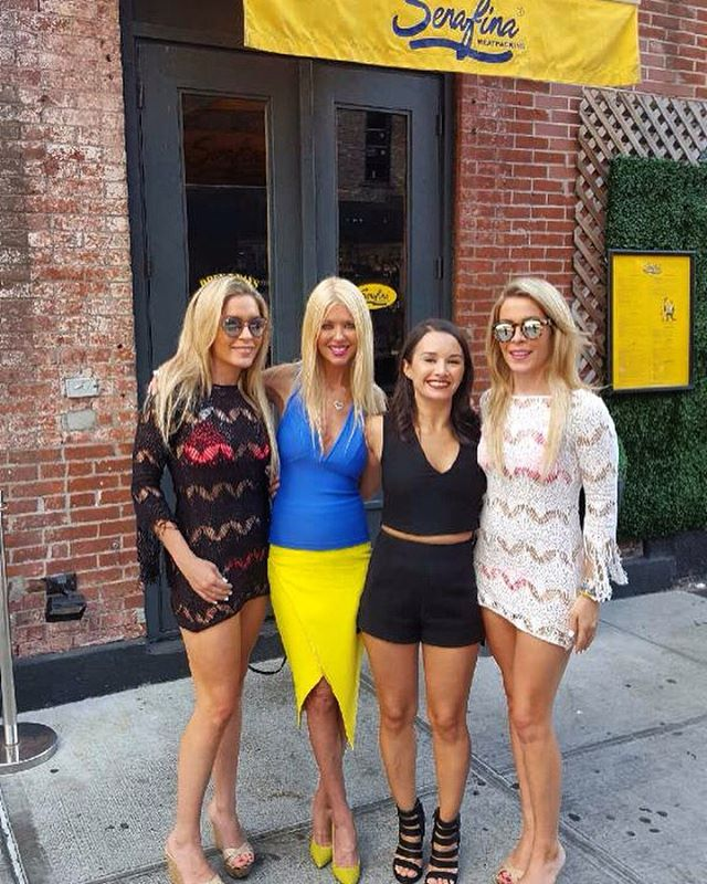 Tara Reid in synch with our logo at Serafina Meatpacking🍕👯😋#tarareid #colorcoordination #blueyellow #serafina #mpd #meatpacking #nyc #highline #tarareid #italianfood #italianrestaurant @tarareid